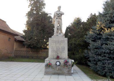 Áporka világháborús emlékmű 2015.10.31. küldő-kalyhas (1)