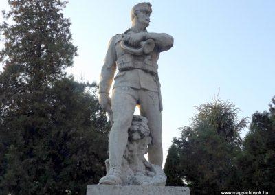 Áporka világháborús emlékmű 2015.10.31. küldő-kalyhas (2)