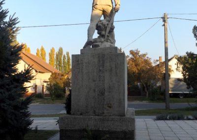 Áporka világháborús emlékmű 2015.10.31. küldő-kalyhas (5)