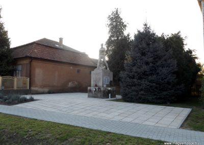Áporka világháborús emlékmű 2015.10.31. küldő-kalyhas (9)