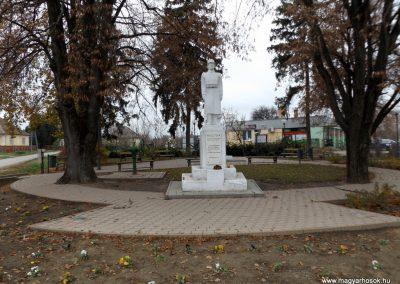 Ököritófülpös világháborús emlékmű 2014.11.22. küldő-kalyhas (1)