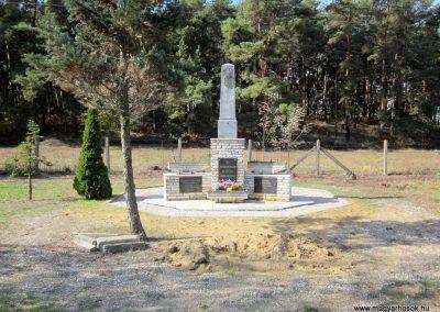 Ömböly világháborús emlékmű 2013.10.11. küldő-kalyhas (1)