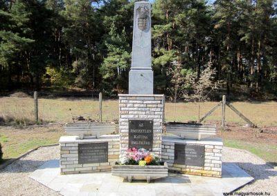Ömböly világháborús emlékmű 2013.10.11. küldő-kalyhas (2)