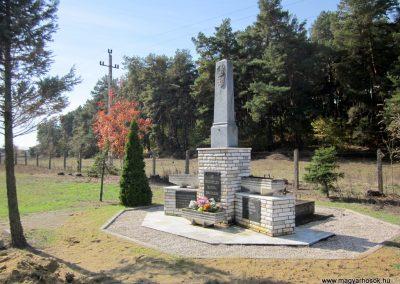 Ömböly világháborús emlékmű 2013.10.11. küldő-kalyhas (8)