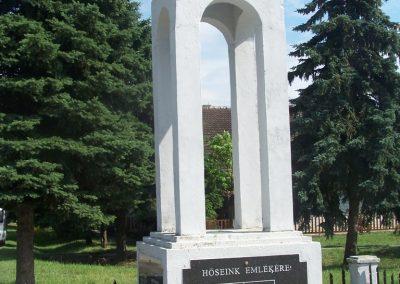 Újbezdán Hősi emlékmű 2009.05.28.küldő-Horváth Zsolt (1)