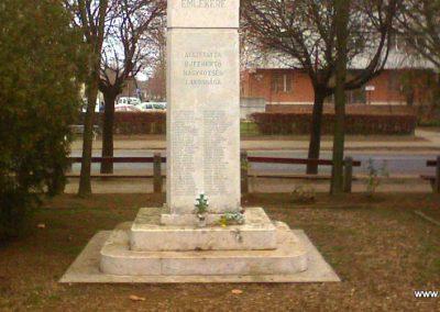 Újfehértó II. vh.emlékmű 2006.10.24. küldő-kalyhas (1)