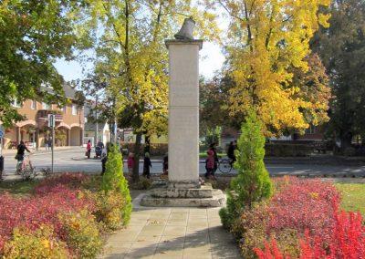 Újfehértó II. világháborús emlékmű 2013.10.11. küldő-kalyhas (1)