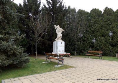 Újhartyán világháborús emlékmű 2015.11.27. küldő-kalyhas (10)