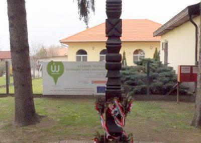Újlengyel kopjafa és harangláb a hősök emlékére 2015.11.27. küldő-kalyhas (1)