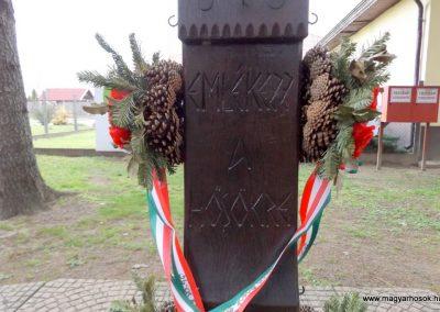 Újlengyel kopjafa és harangláb a hősök emlékére 2015.11.27. küldő-kalyhas (2)