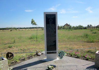 Újtikos II. világháborús emlékmű 2014.06.23. küldő-kalyhas (2)