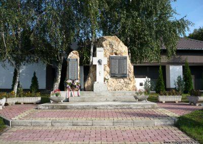 Ajak világháborús emlékmű 2010.09.12. küldő-sümec (1)