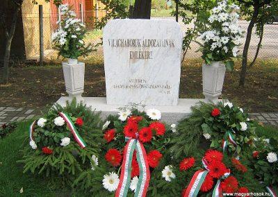 Algyő világháborús áldozatok emlékműve a temető bejáratánál 2014.09.20. küldő-Emese