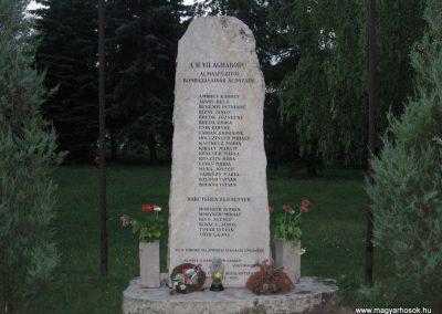 Almásfüzitő II.vh emlékmű 2008.07.02.küldő-Kályhás (1)