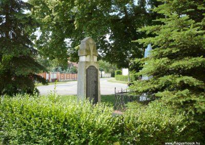 Alsóújlak világháborús emlékmű 2012.05.24. küldő-Sümec (10)