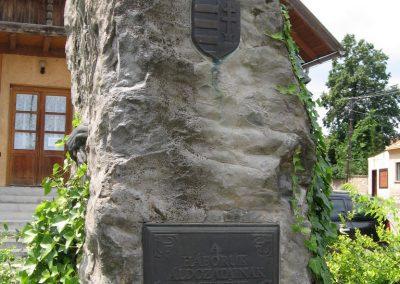 Bakonyszentlászló világháborús emlékmű 2010.07.21. küldő-kalyhas (2)