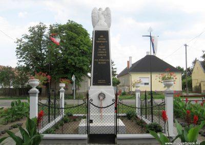 Bakonytamási hősi emlékmű 2010.07.21. küldő-kalyhas (7)