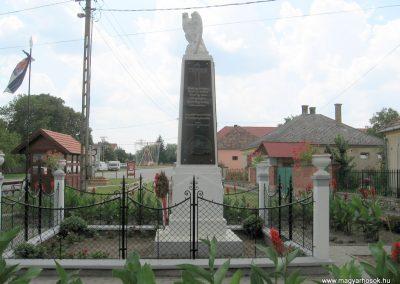 Bakonytamási hősi emlékmű 2010.07.21. küldő-kalyhas (8)