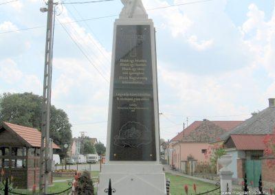 Bakonytamási hősi emlékmű 2010.07.21. küldő-kalyhas (9)