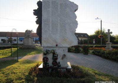 Balástya I.vh és II.vh emlékművek 2011.08.21. küldő-kalyhas (15)