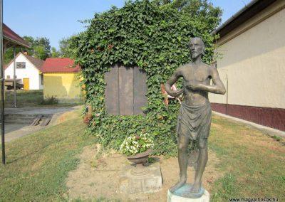 Balatonendréd világháborús emlékmű 2013.08.23. küldő-kalyhas (2)