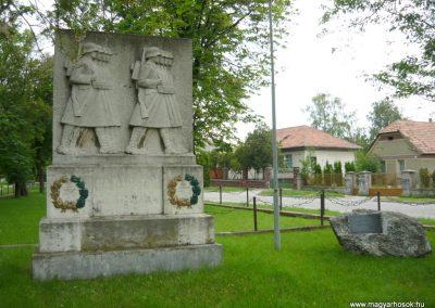 Berhida-Peremarton világháborús emlékmű 2010.05.30. küldő-Sümec (11)