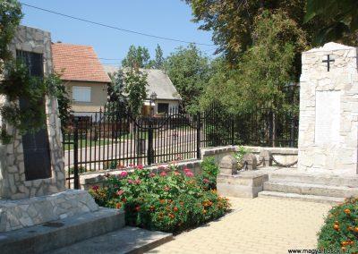 Bodrogkisfalud világháborús emlékművek 2012.08.01. küldő-megtorló (1)
