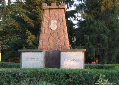 Cece világháborús emlékmű 2007.11.28.küldő-Nádicsikasz (1)