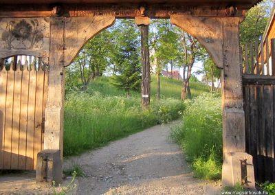 Csíkrákos I. világháborús emlék Székelykapu, a templom bejárata 2014.06.06. küldő-kalyhas (3)