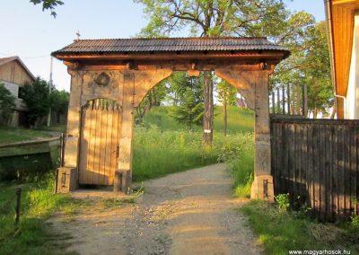 Csíkrákos I. világháborús emlék Székelykapu, a templom bejárata 2014.06.06. küldő-kalyhas