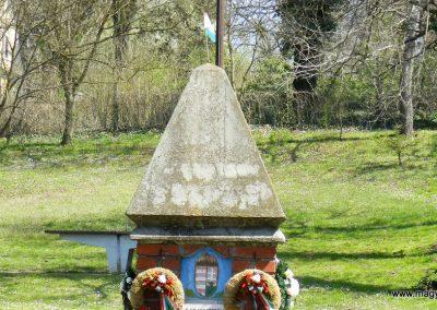 Csombárd II. világháborús emlékmű 2015.04.11. küldő-Huber Csabáné (1)