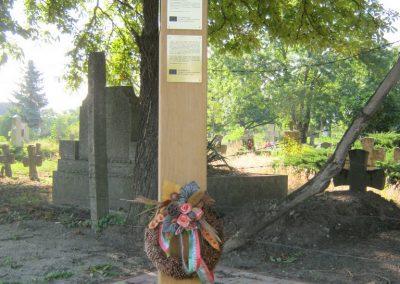 Deszk a Régi temető bejárata előtt a 2015. 05. 01-jén a testvérvárosokkal együtt avatott II. világháborús emlékoszlop 2015.07.12. küldő-Emese (3)