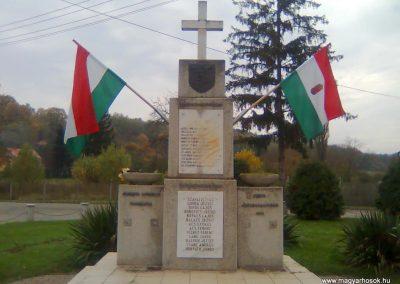 Dinnyeberki világháborús emlékmű 2010.10.24. küldő-KRySZ