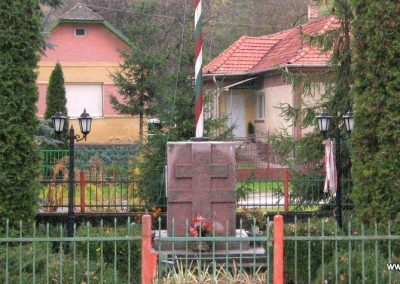 Egercsehi világháborús emlékmű 2007.10.24. küldő-kalyhas (1)