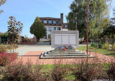 Encsencs világháborús emlékmű 2013.10.11. küldő-kalyhas (1)