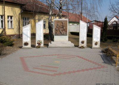 Farmos világháborús emlékmű 2011.03.11. küldő-kalyhas (1)