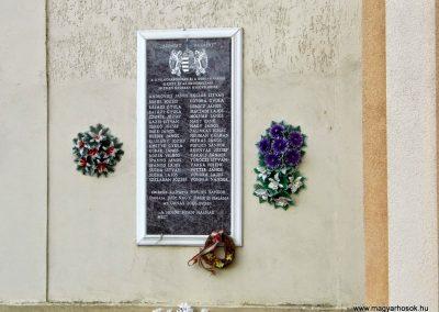 Farnad, II. világháborús emléktábla a római katolikus templom falán.