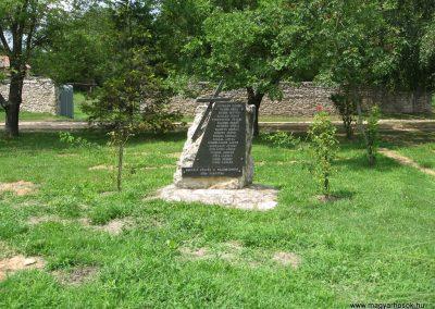 Fenyőfő II.vh emlékmű 2010.07.21.küldő-kalyhas (1)