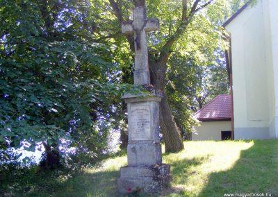 A vérteskozmai templom előtt van a kereszt és a kopjafa is.