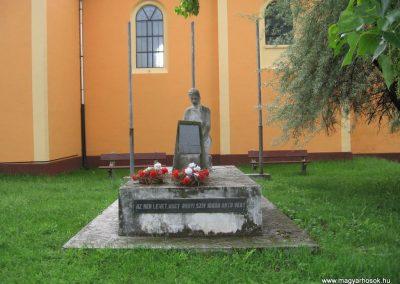 Gyöngyösoroszi hősi emlékmű 2010.05.14. küldő-kalyhas (1)