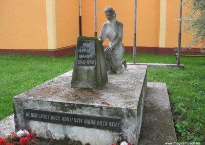 Gyöngyösoroszi hősi emlékmű 2010.05.14. küldő-kalyhas (2)