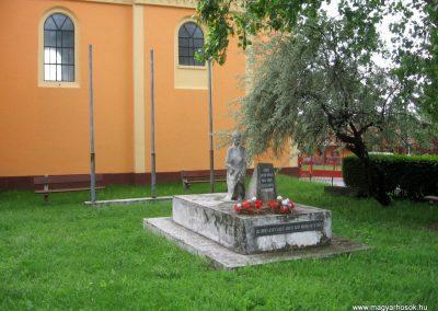 Gyöngyösoroszi hősi emlékmű 2010.05.14. küldő-kalyhas
