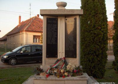 Győrújfalu világháborús emlékmű 2006.11.07. Küldő-Hege