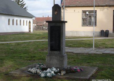 Hencse világháborús emlékmű 2010.03.01. küldő-Sümec (1)