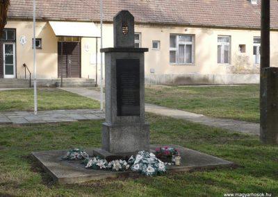 Hencse világháborús emlékmű 2010.03.01. küldő-Sümec (5)