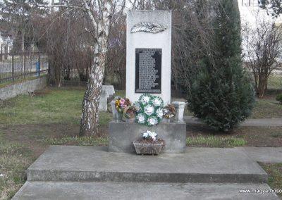 Hernádkak II.vh emlékmű 2009.03.21.küldő-kalyhas (2)