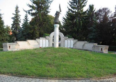 Heves II.vh emlékmű 2007.08.21. küldő-kalyhas (11)