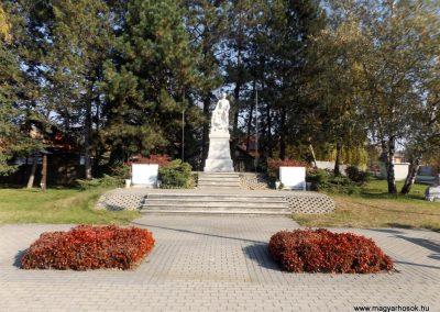 Isaszeg világháborús emlékmű 2015.10.31. küldő-kalyhas (1)
