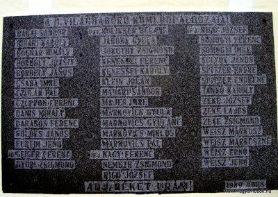 Kömlőd világháborús emléktáblák 2012.04.07. küldő-Méri (2)