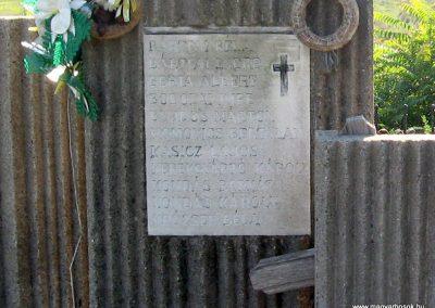Köröm II.vh emlékmű 2007.09.24. küldő-kalyhas (1)